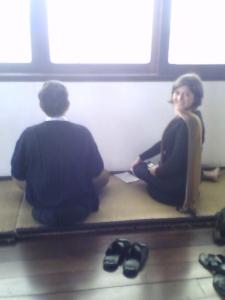 Petria Chaves aprendendo a meditar com o mestre HB
