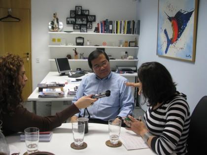 Fabiola e Petria na entrevista com Robert Wong na sala dele em São Paulo