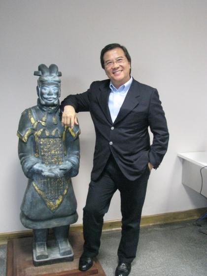 Robert Wong ao lado do guerreiro chinês na entrada do seu escritório