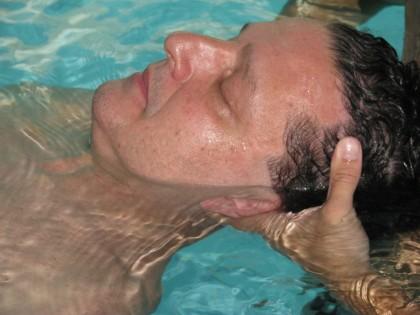 Juca Kfouri experimenta a hidroterapia e fala sobre a vida