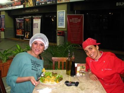... e Petria Chaves experimenta um dos pratos vivos da chef carioca.